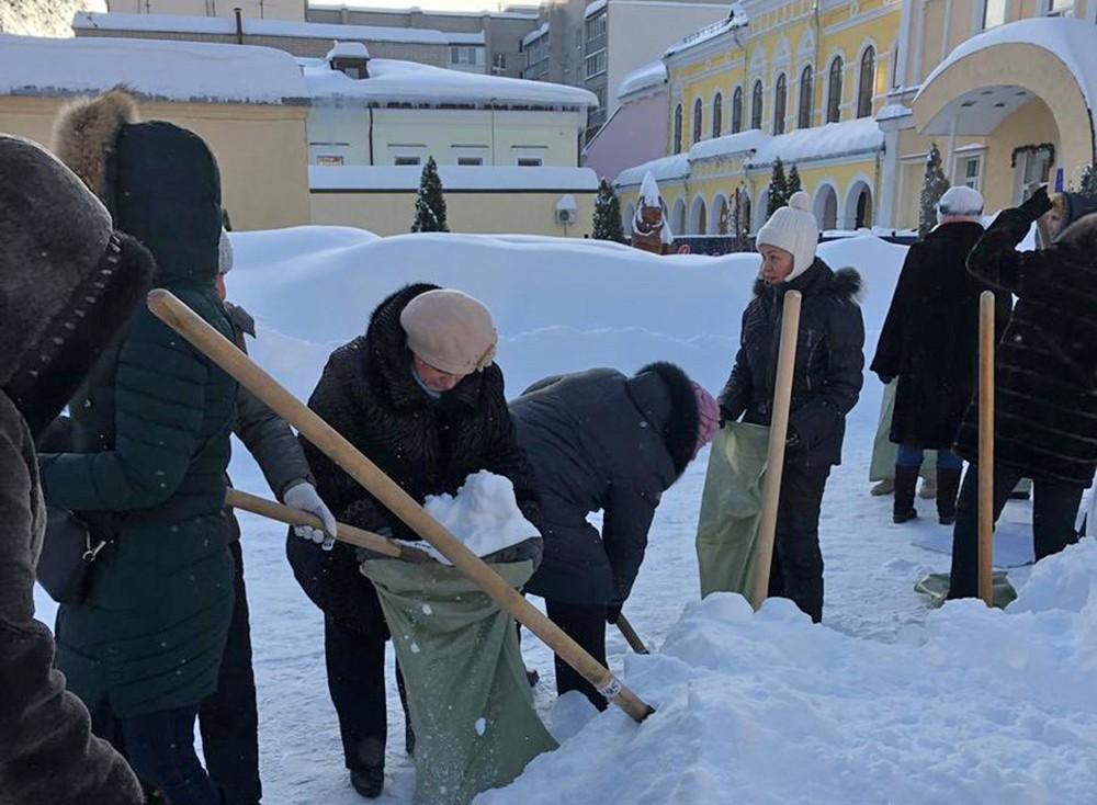 Учителя убирают снег