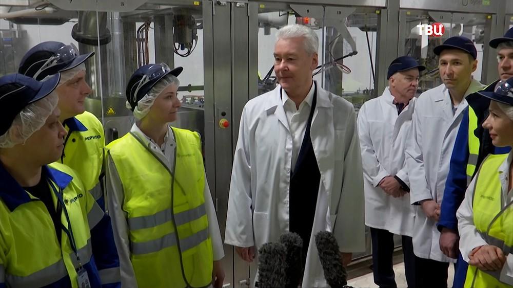 Сергей Собянин во время посещения Лианозовского молочного комбината
