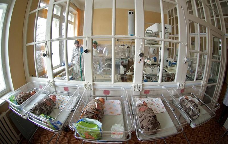 Новорожденные в боксе роддома