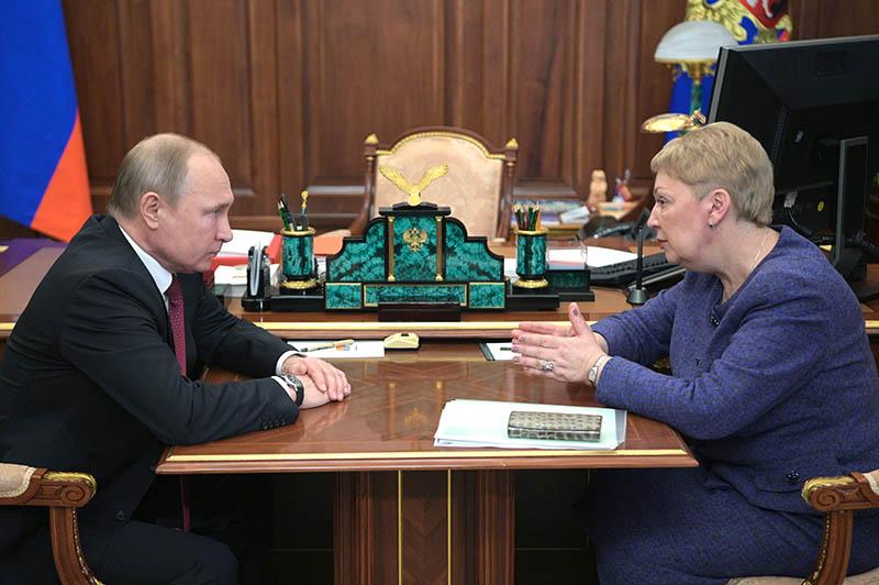 Владимир Путин и министр просвещения России Ольга Васильева