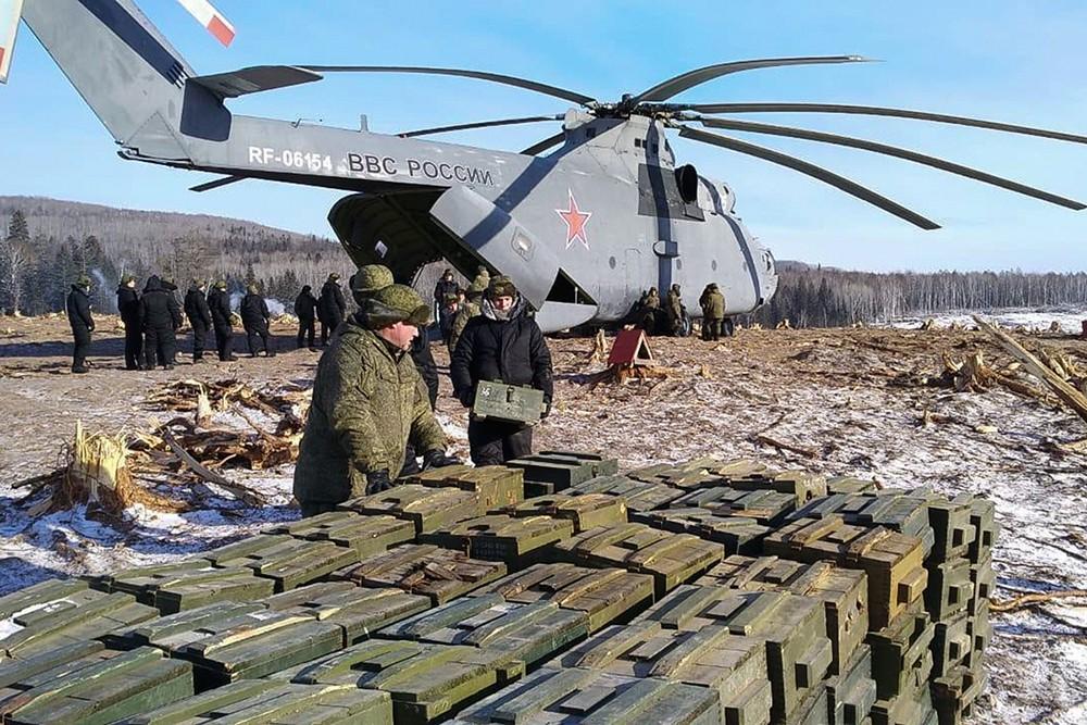 Сверхтяжелый транспортный вертолет Ми-26 доставил взрывчатку в район схода грунта на реке Бурея в Хабаровском крае