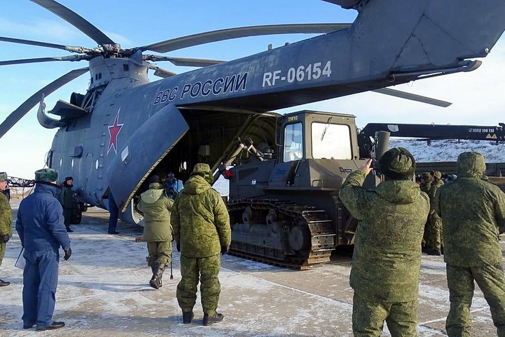 Вертолет Ми-26 доставил тяжёлую технику в район схода грунта на реке Бурея в Хабаровском крае