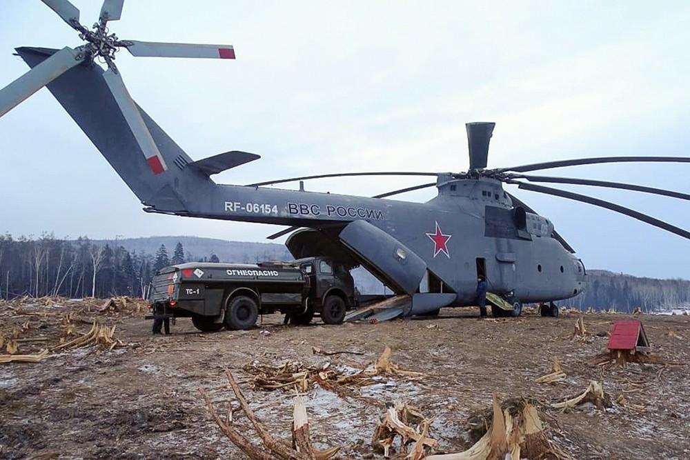 Сверхтяжелый транспортный вертолет Ми-26 на месте схода грунта на реке Бурея в Хабаровском крае