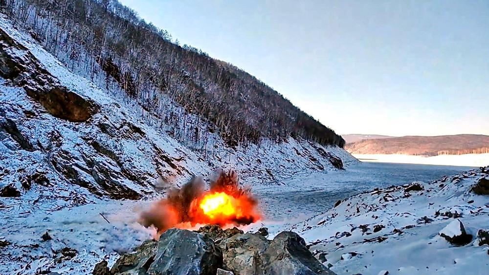 Расчистка местности в районе схода грунта на реке Бурея в Хабаровском краеси