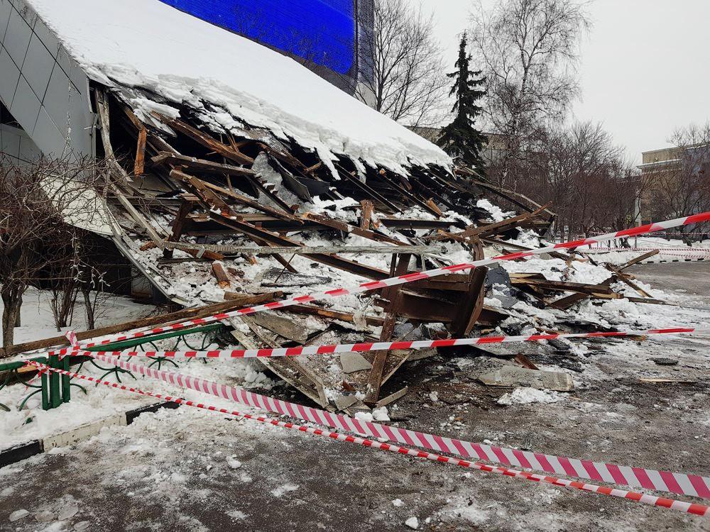 """Обрушение козырька над входом здания Института """"Гидропроект"""""""
