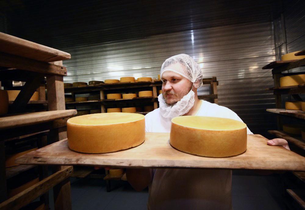 Владелец сыроварни фермер Олег Сирота