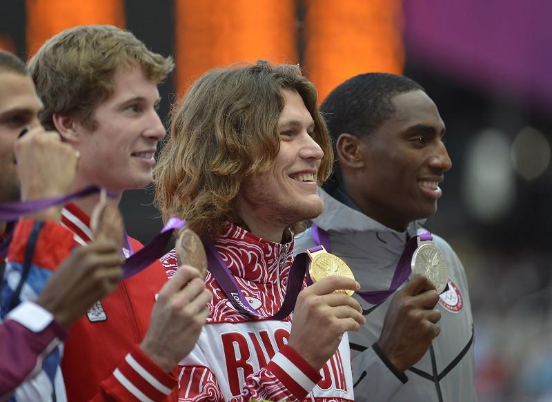 Иван Ухов с золотой медалью (в центре)