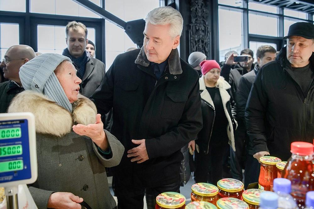 Сергей Собянин общается с посетителями ярмарки