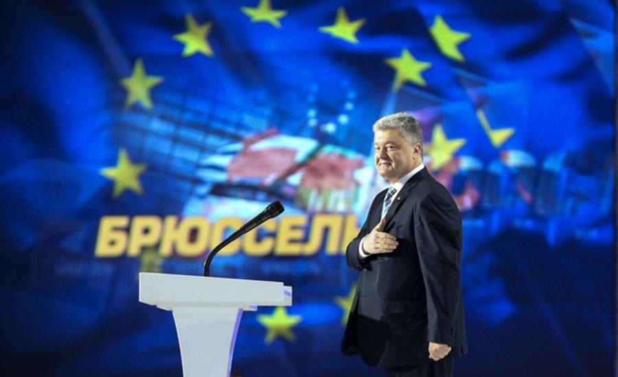 Пётр Порошенко на фоне флаге ЕС