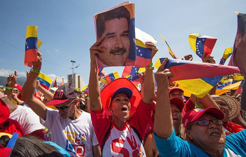 Участники во время акции в поддержку президента Венесуэлы Николаса Мадуро