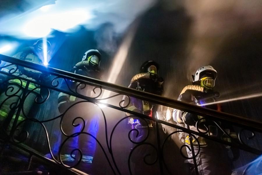 Пожарные на лестничной клетке жилого дома