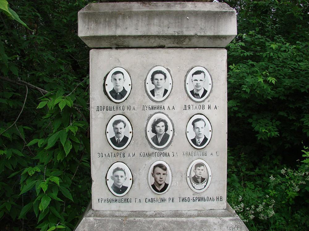 Фото членов тургруппы Дятлова на памятнике