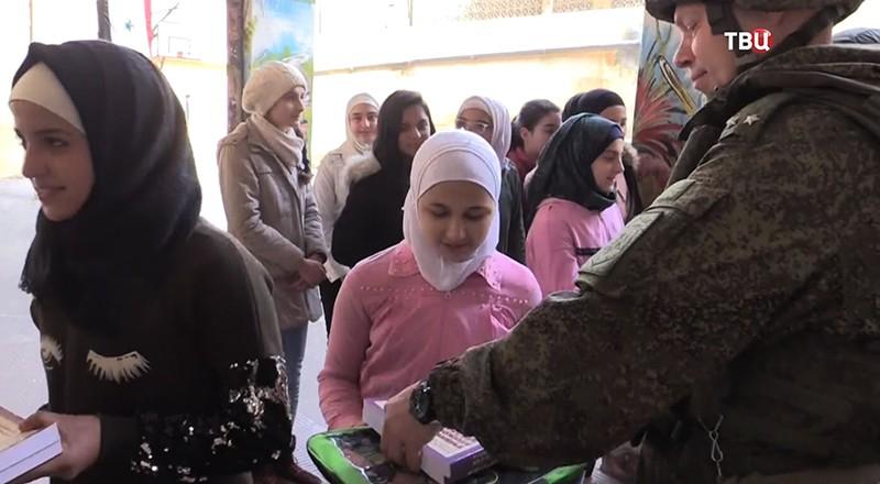 Сирийские школьники получают учебники