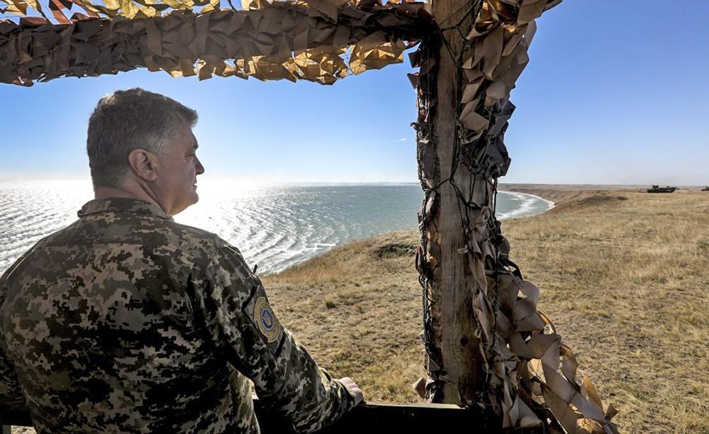 Пётр Порошенко на фоне Азовского моря