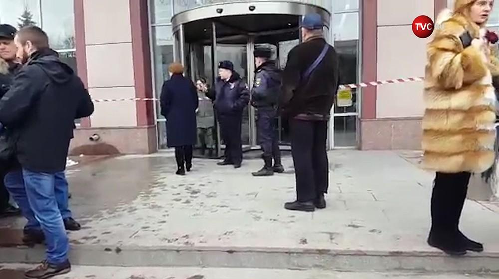 Полиция эвакуирует посетителей из ТЦ