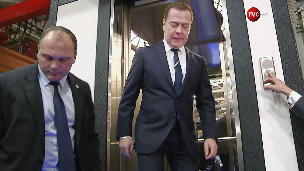 Дмитрий Медведев выходит из лифта