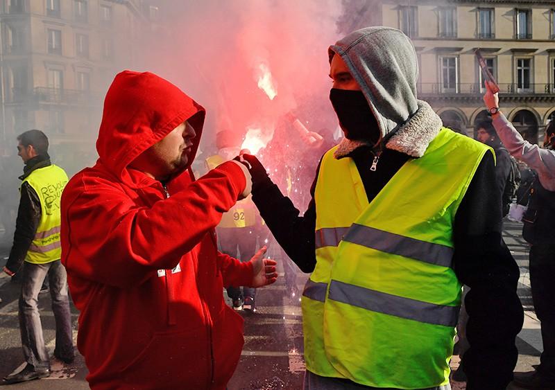 Участники всеобщей забастовки во Франции на улицах Парижа