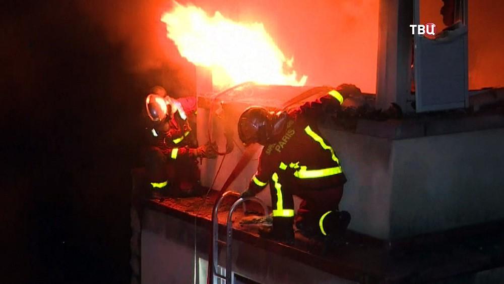 Пожарные Парижа на месте возгорания