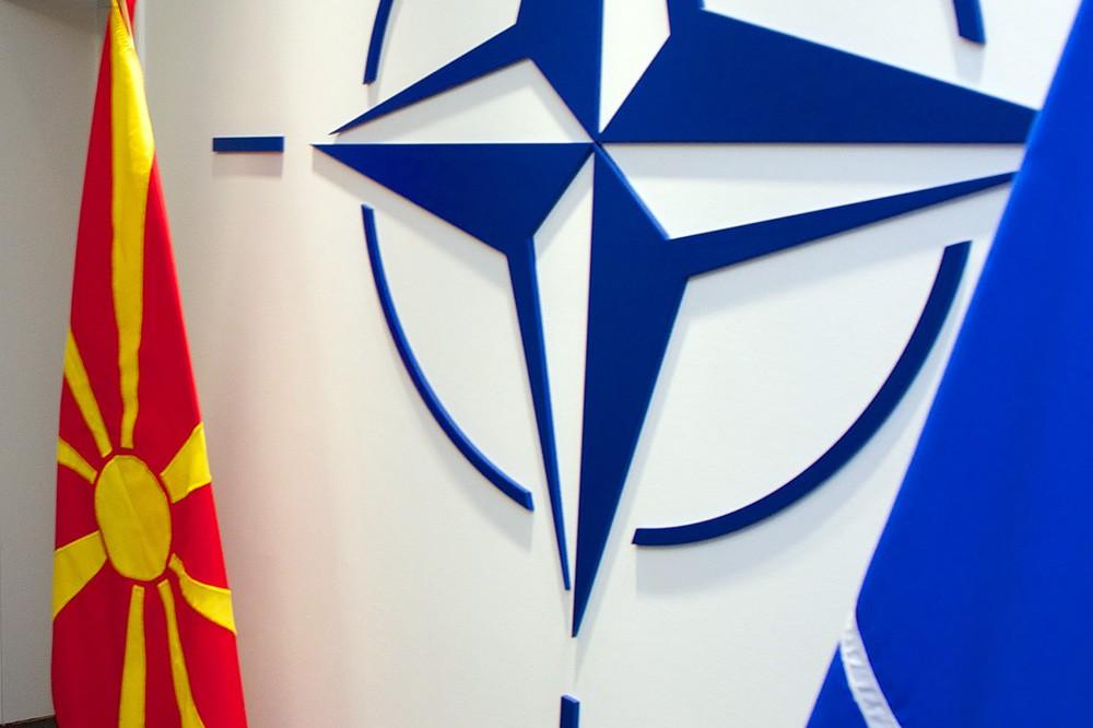 Флаг Македонии и логотип НАТО