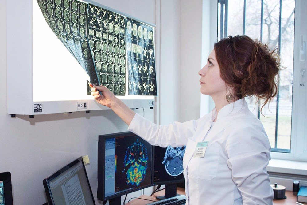 Врач изучает рентгеновские снимки