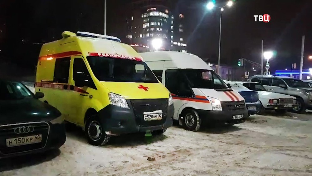 Скорая помощь и спасатели МЧС на месте происшествия