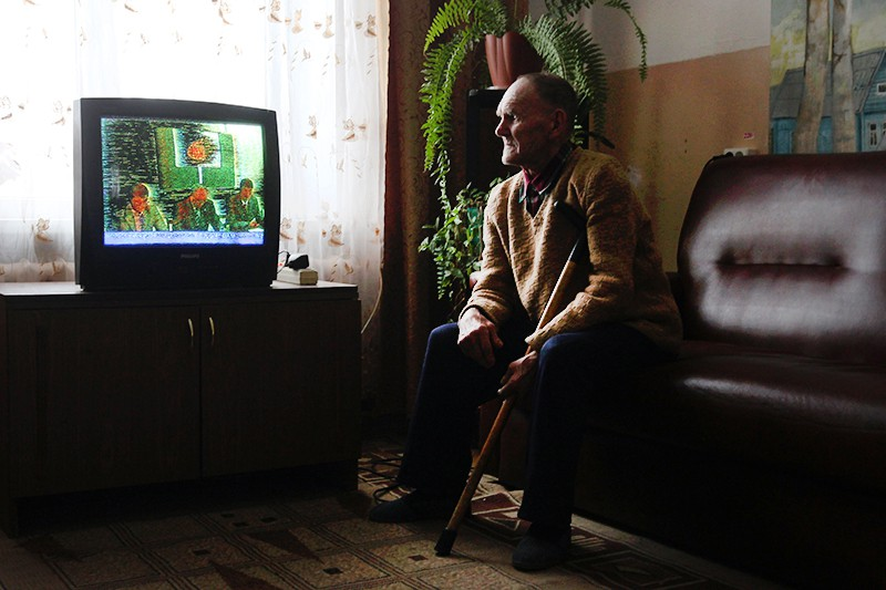 Пенсионер смотрит телевизор