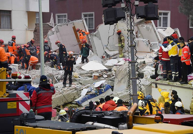 Спасатели Турции работают на месте обрушени многоэтажного дома в Стамбуле