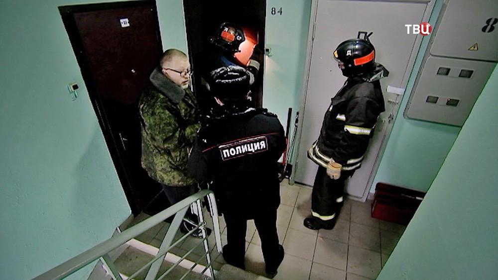 Спасатели и полиция в подъезде