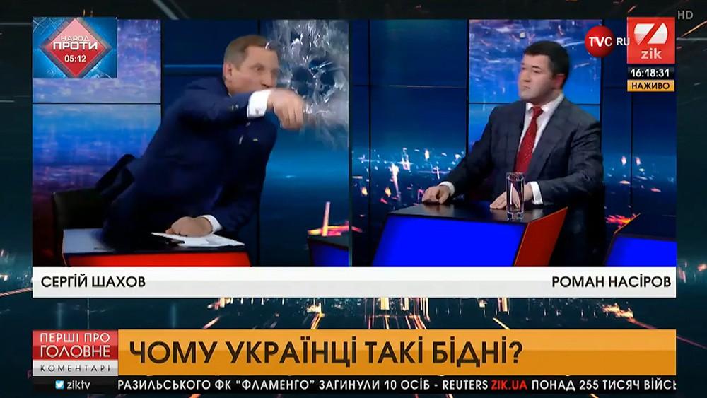 Украинский депутат Сергей Шахов облили водой кандидата в президентыРомана Насирова