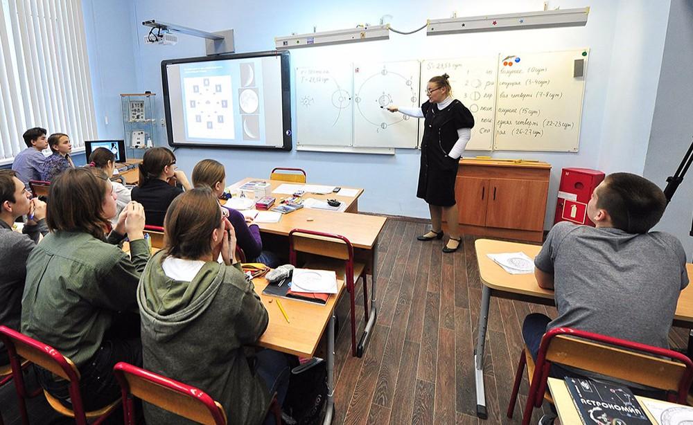 Учитель в школьном классе