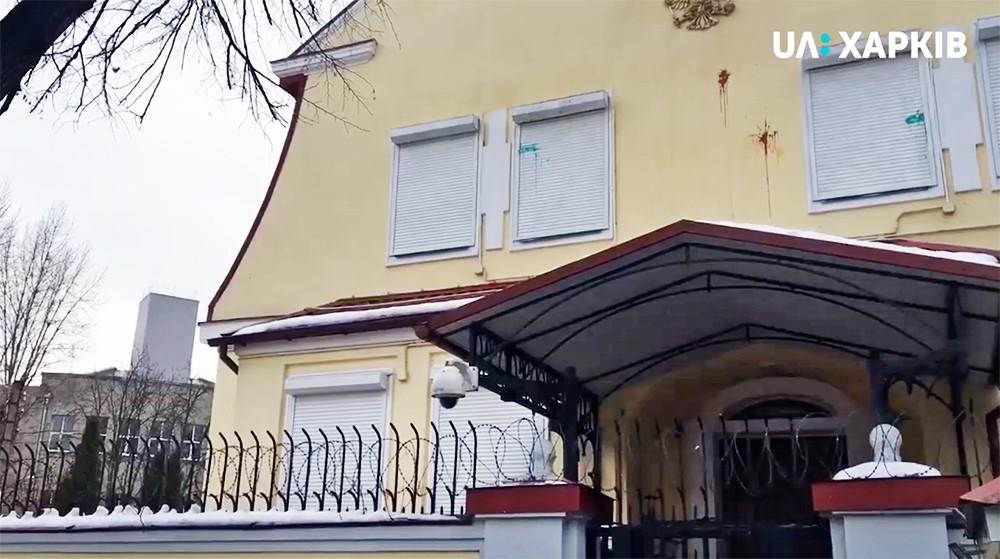 Украинские радикалы забросали яйцами и зеленкой консульство России в Харькове