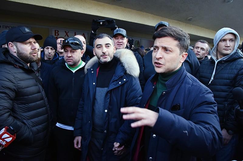 Кандидат в президенты Украины Владимир Зеленский во время общения с участниками митинга своих противников