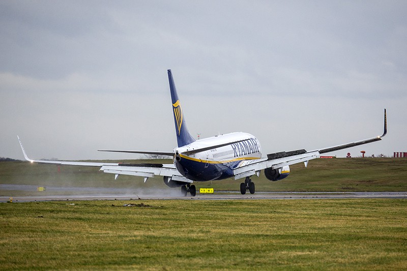 Самолет сдувает штормовой ветер