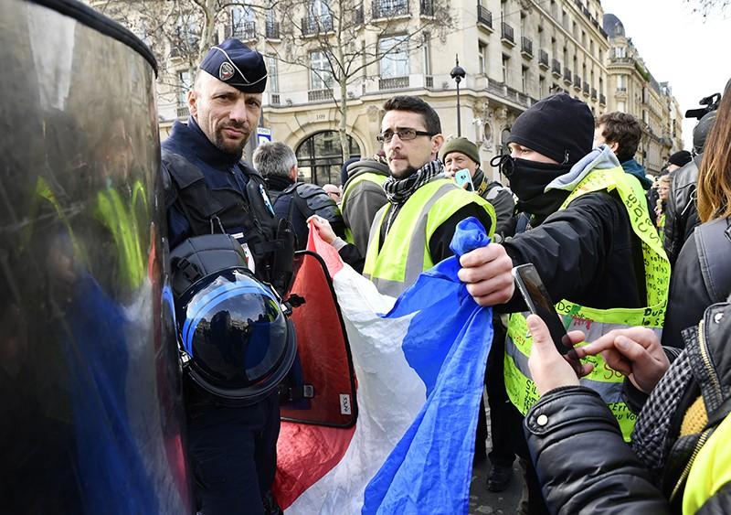 """Полиция Франции и участники акции протеста """"жёлтых жилетов"""" в Париже"""