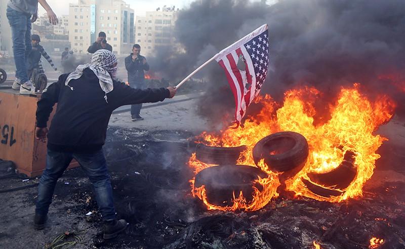 Протестующие сжигают флаг США