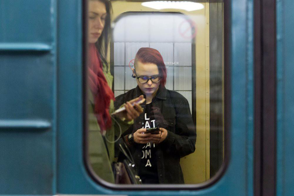 Пассажиры метро со смартфонами