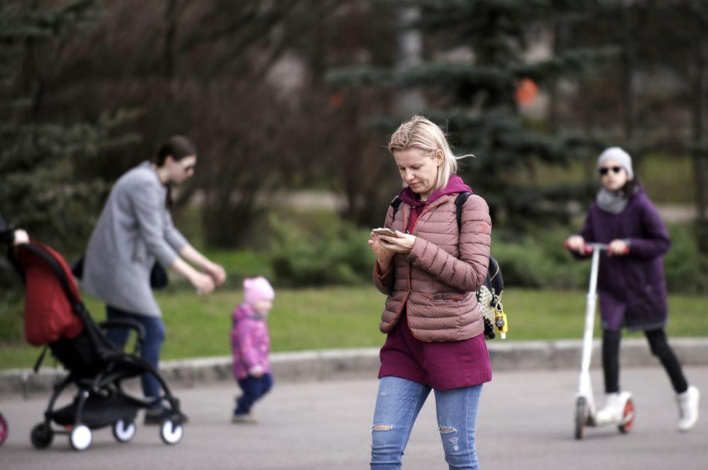 Женщина со смартфоном
