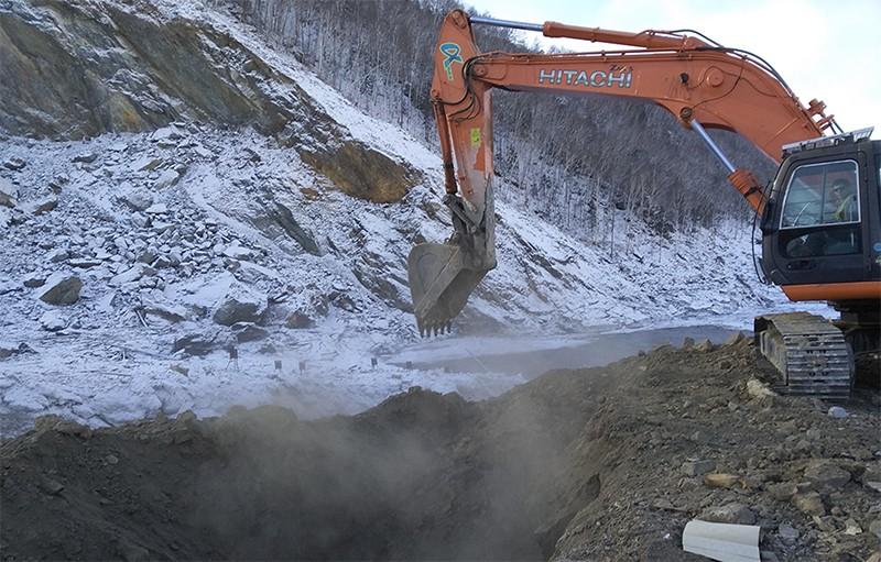 Расчистка местности в районе схода грунта на реке Бурея в Хабаровском крае
