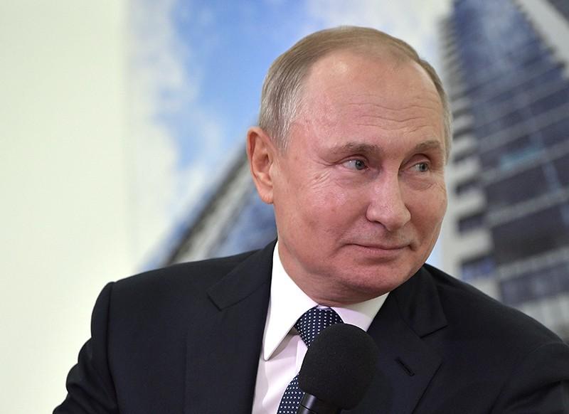 Владимир Путин во время встречи с представителями общественности
