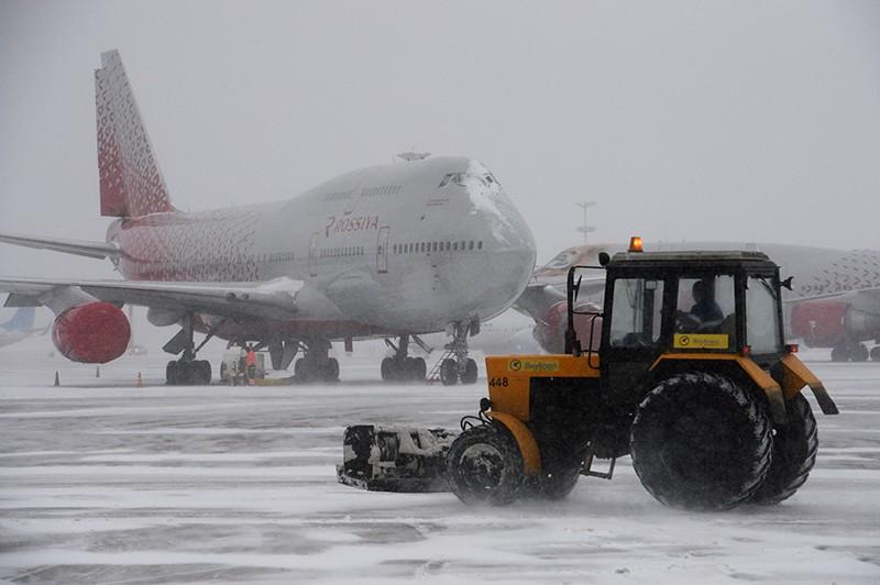 """Уборка снега в аэропорту """"Внуково"""""""
