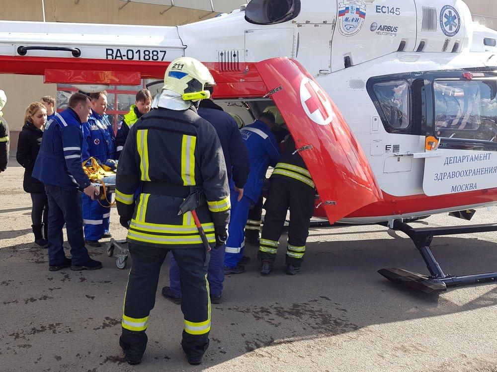 Вертолет Московского авиационного центра во время эвакуации пострадавших