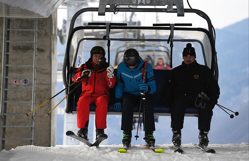 Владимир Путин и Александр Лукашенко с сыном Николаем во время катания на лыжах