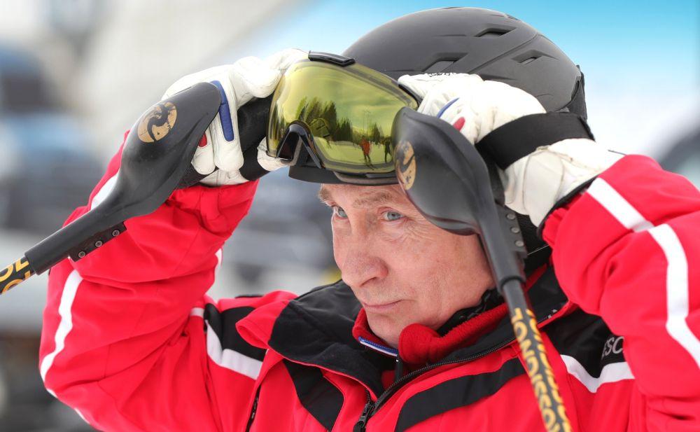 Владимир Путин катается на лыжах