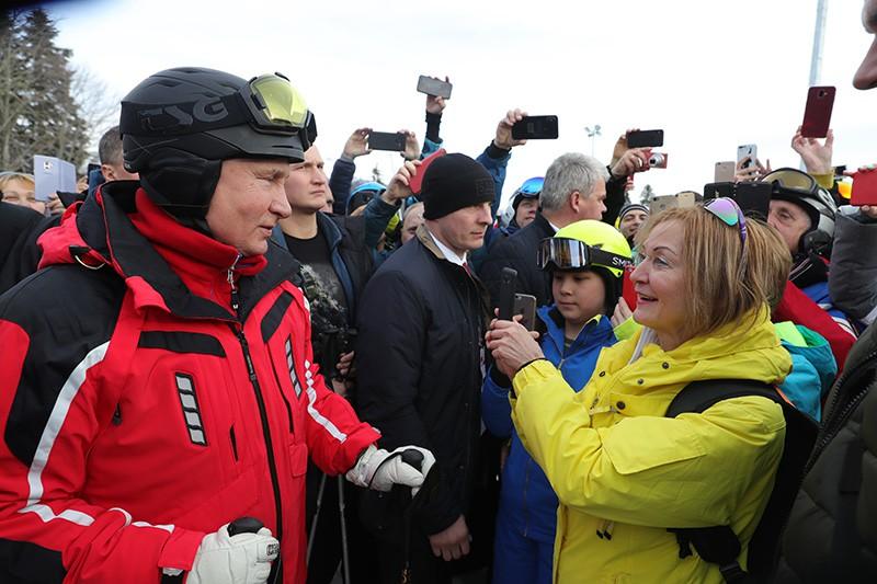 Владимир Путин общается с людьми во время катания на лыжах