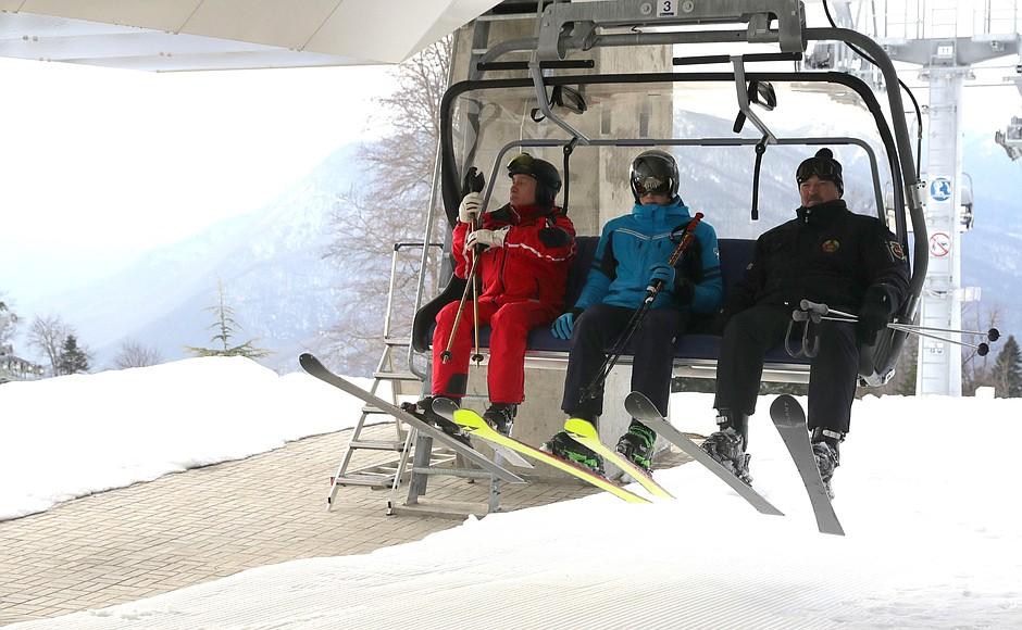 Владимир Путин и Александр Лукашенко во время катания на лыжах
