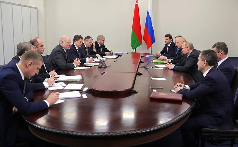 Владимир Путин и Александр Лукашенко во время встречи в Сочи