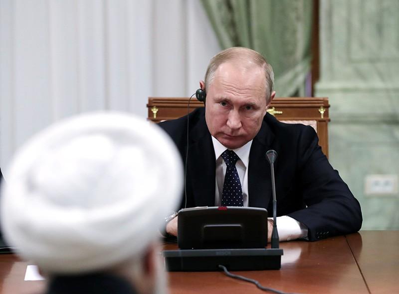 Владимир Путин во время беседы с президентом Ирана Хасаном Рухани