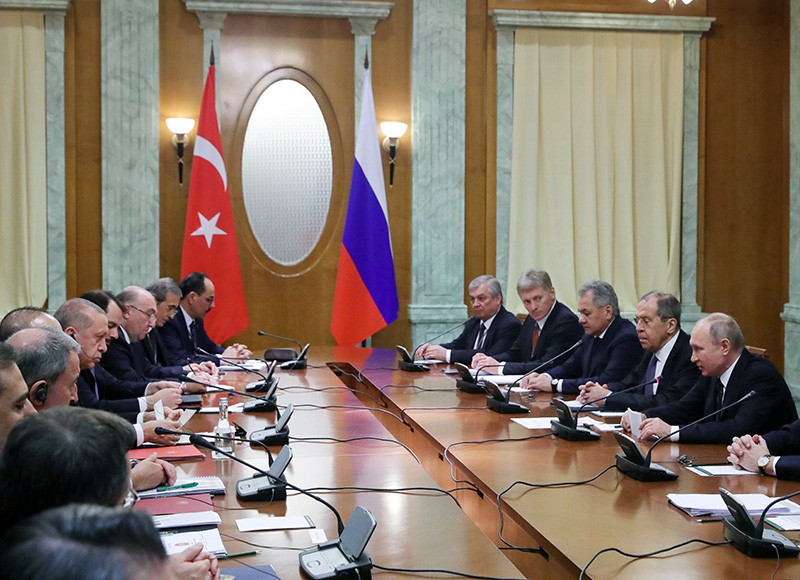 Владимир Путин во время беседы с президентом Турецкой Республики Реджепом Тайипом Эрдоганом