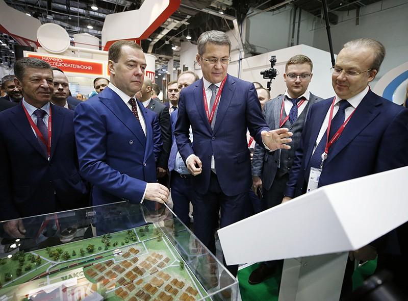 Дмитрий Медведев во время осмотра выставки в рамках Российского инвестиционного форума
