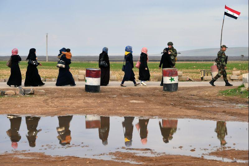 Беженцы пересекают гумкоридор в провинции Идлиб